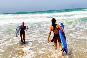 Entrando-en-el-agua-para-hacer-surf-en-fuerteventura