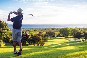Hombre-jugando-al-golf-en-fuerteventura