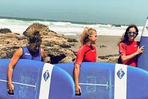 Chica-con-tablas-de-surf-en-costal-calama-en-fuerteventura
