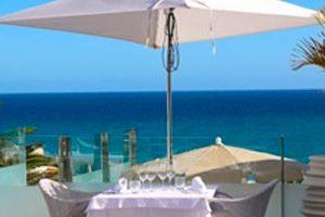 Sombrilla-en-una-terraza-con-vista-al-mar-de-fuerteventura